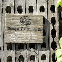 Schild mit Öffnungszeiten der Vinothek